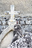 Pedras principais cristãs velhas, resistidas e abandonadas Foto de Stock