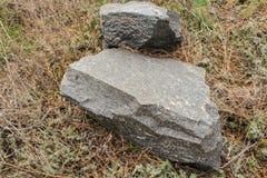 Pedras que encontram-se na grama amarelada outono Fotografia de Stock