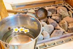 Pedras quentes na sauna e uma cubeta da água Fotografia de Stock Royalty Free