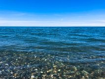 Pedras redondas multi-coloridas bonitas no mar, nos rios, nos lagos, na lagoa, no oceano e na ?gua a ferver com as ondas na praia fotografia de stock