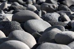 Pedras redondas na costa Fotos de Stock