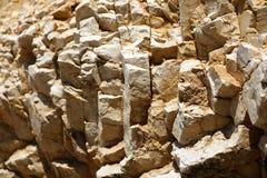 Pedras rochosas do contraste brilhante e alto no porto na Croácia fotos de stock