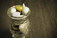 Pedras semipreciosas coloridas em um vaso de vidro Fotos de Stock