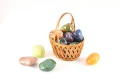 Pedras semipreciosas na cesta Imagens de Stock