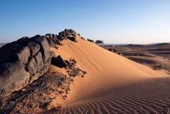 Pedras Solidified da lava na duna de areia Fotos de Stock Royalty Free