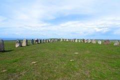 Pedras stenar do ` s da cerveja inglesa de Ales, local arqueológico na Suécia do sul fotos de stock