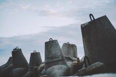 Pedras tetrapod concretas do quebra-mar imagem de stock