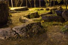 Pedras velhas antigas na madeira foto de stock