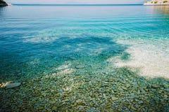 Pedras vistas através das águas claros do mar Mediterrâneo Água calma de turquesa imagens de stock royalty free