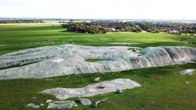 Pedregulhos brancos na grama verde 02 video estoque
