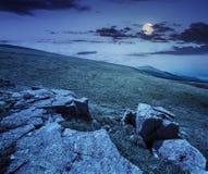Pedregulhos brancos no montanhês na noite Imagens de Stock Royalty Free