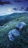 Pedregulhos brancos no montanhês na noite Imagem de Stock Royalty Free
