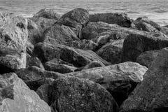 Pedregulhos de B&W em Saltdean, Brigghton no mar Fotos de Stock Royalty Free