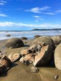 Pedregulhos de Moeraki em Nova Zel?ndia fotografia de stock royalty free