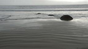 Pedregulhos de Moeraki nas ondas de Oceano Pac?fico vídeos de arquivo