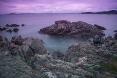 Pedregulhos de pedra na costa do oceano foto de stock royalty free