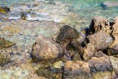 Pedregulhos e pedras na costa de mar Fotos de Stock Royalty Free
