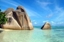Pedregulhos em uma praia do La Digue, Seychelles Fotos de Stock Royalty Free
