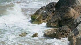 Pedregulhos enormes na costa do mar tormentoso, close-up filme