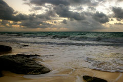 Pedregulhos enormes na praia Imagem de Stock