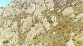 Pedregulhos gigantes em um monte tiro Formações de rocha incomuns filme