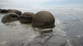 Pedregulhos impressionantes de Moeraki nas ondas de Oceano Pacífico video estoque