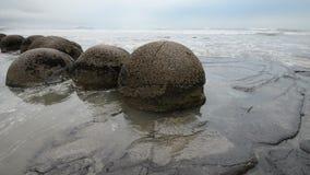 Pedregulhos impressionantes de Moeraki nas ondas de Oceano Pacífico vídeos de arquivo