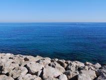 Pedregulhos, mar e céu Foto de Stock