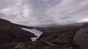 Pedregulhos na inclinação do vulcão de Mutnovsky filme