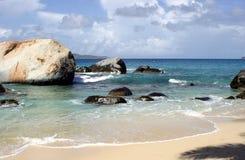 Pedregulhos na praia tropical Fotografia de Stock