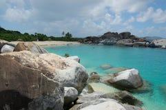 Pedregulhos, praia e águas do azure fotografia de stock royalty free
