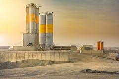 Pedreira com silo em uma zona industrial imagens de stock