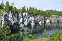 Pedreira de mármore anterior da água subterrânea verde fotografia de stock