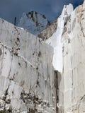 Pedreira de mármore branca em di carrara do porto Imagem de Stock