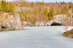 Pedreira de mármore no parque da montanha Imagens de Stock