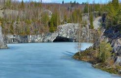 Pedreira de mármore no parque da montanha Fotos de Stock Royalty Free