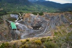 Pedreira de pedra situada na parte inferior de uma montanha foto de stock royalty free