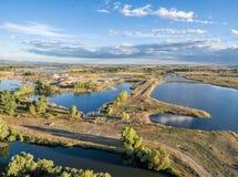 Pedreira do cascalho e opinião aérea das lagoas Fotos de Stock Royalty Free