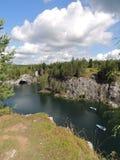 Pedreira do mármore da paisagem da natureza com verão da água Fotos de Stock Royalty Free