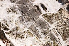 Pedreira do m?rmore de Carrara nas montanhas dos cumes de Apuan Estradas do acesso aos lugares da extra??o imagens de stock royalty free