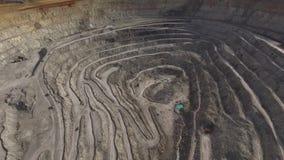 Pedreira gigante com extração de minerais filme