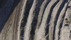 Pedreira gigante com extração de minerais video estoque