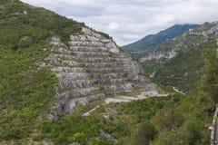 Pedreira grande sob o céu em Italia no toirano Fotos de Stock