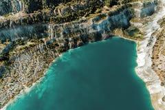 Pedreira inativa da gipsita Na pedreira é um lago com água azul fotografia de stock