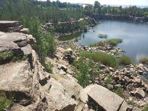 Pedreira inundada do granito em Chelyabinsk fotos de stock