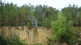 A pedreira no grupo de pessoas da floresta A está descansando com barraca Os povos estão descansando nas montanhas e fazem o assa vídeos de arquivo