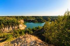 Pedreira ou lago ou lagoa com Sandy Beach, água verde, árvores e Imagem de Stock Royalty Free