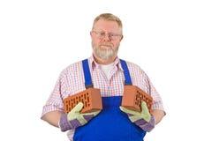 Pedreiro com dois tijolos Fotografia de Stock Royalty Free