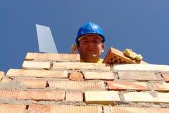 Pedreiro com tijolo e trowel Imagens de Stock