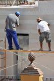 Pedreiro da construção que renova a fachada de uma casa foto de stock